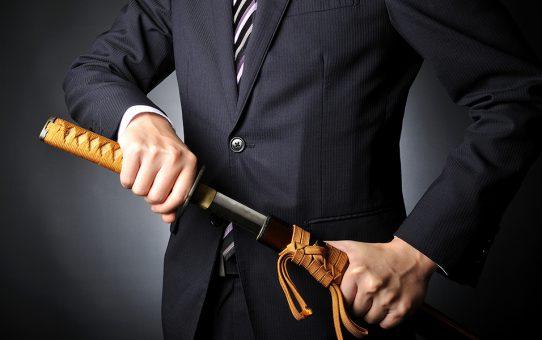 日本刀を携えるサラリーマン