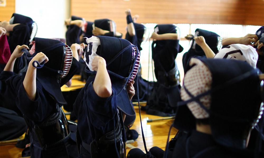 剣道の面を一斉に着ける子供たち